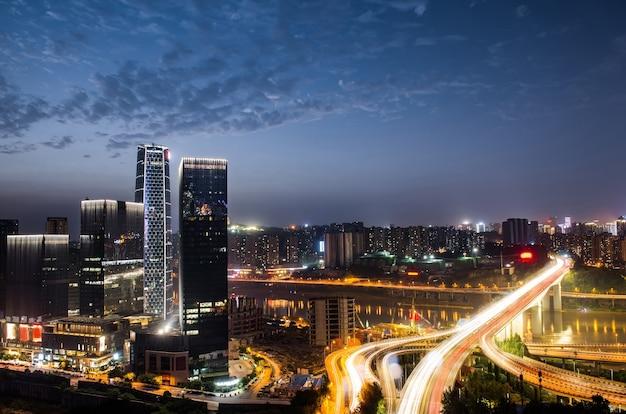 Эстакада городского обмена в ночное время с фиолетовым световым шоу в чун цин