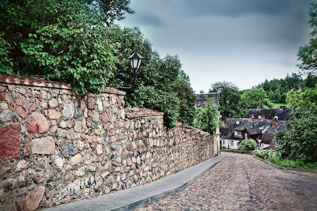 도시 칸다 바, 라트비아. 거리의 도시 전망, 길과 주택, 칸다 바의 구시 가지.