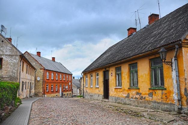 도시 칸다 바, 라트비아. 거리는 도시 전망, 방법 및 주택, 라트비아의 올드 시티 센터.
