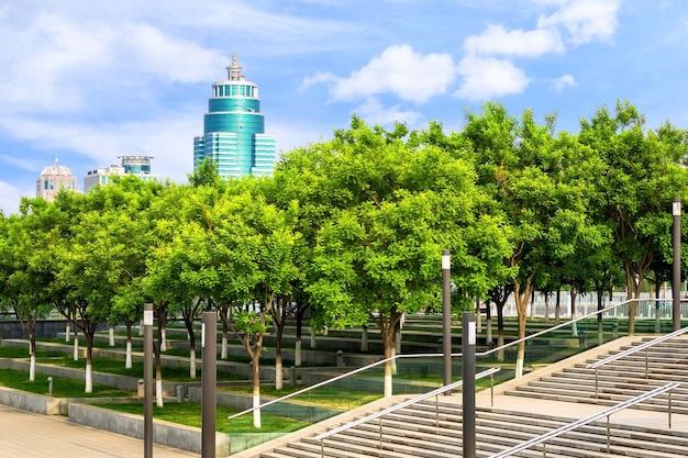 都市景観。街のパノラマの景色を望む北京のグリーンパークの休憩所。