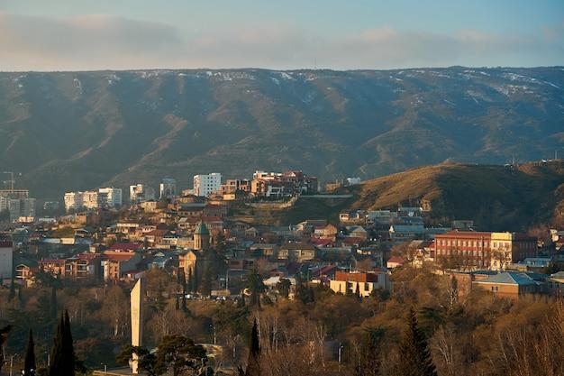 Городской пейзаж, архитектура тбилиси. столица грузии. большой город в высокогорье.