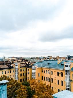 Городской пейзаж с видом на крыши санкт-петербурга 1