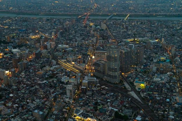 街の明かりと夜のトップビューで建物。
