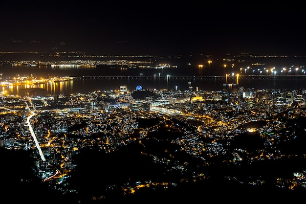 ブラジル、リオデジャネイロのコルコバードの丘の頂上から見た街の明かり。