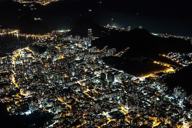 브라질 리우데자네이루의 코르코바도 언덕 꼭대기에서 본 도시의 불빛.