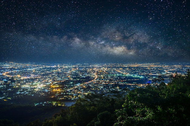 산, 치앙마이, 태국 위에 관점에서 도시의 밤 풍경