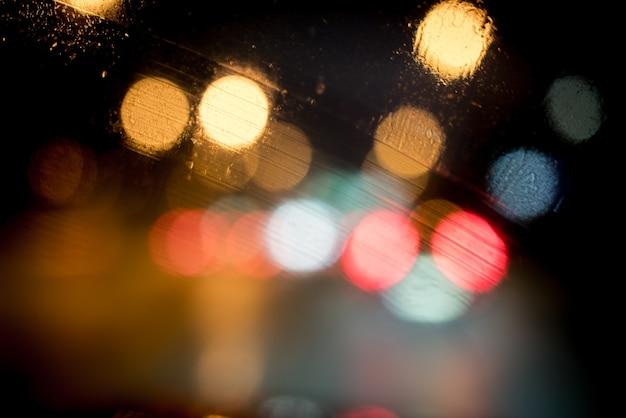 街の夜の街路のぼやけたライト