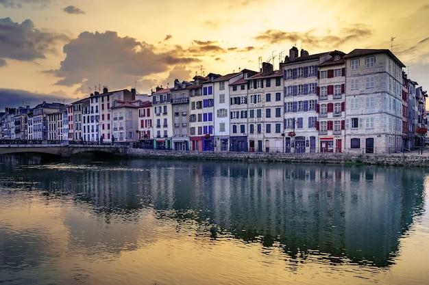 전형적인 아키텍처의 집과 adur 강에 반사 된 밤에 프랑스의 bayonne시. 유럽.