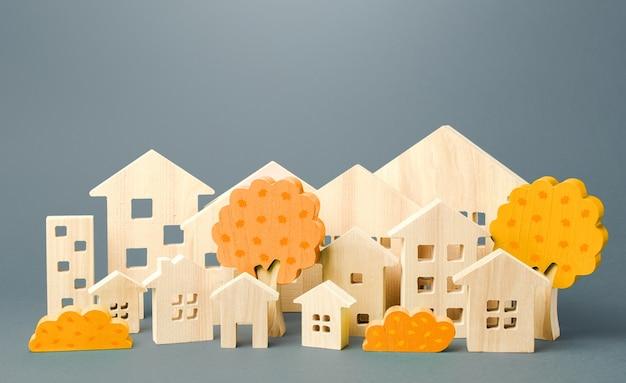 Город фигур домов и осенних желтых деревьев. понятие недвижимости. урбанизм и инфраструктура
