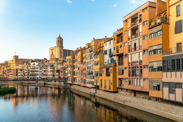 Город жирона в историческом центре с собором в каталонии в испании на закате