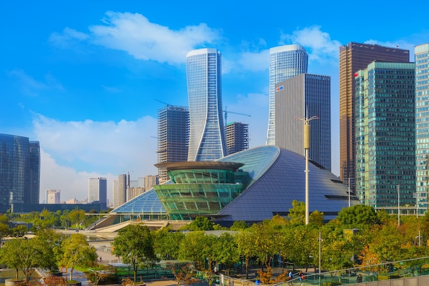 都市屋外の街並み未来的な交通機関