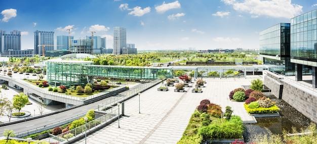Parco della città sotto il cielo blu con downtown skyline in background