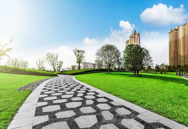 小石や芝生の都市公園