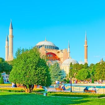 Городской парк на площади султанахмет возле собора святой софии в стамбуле, турция