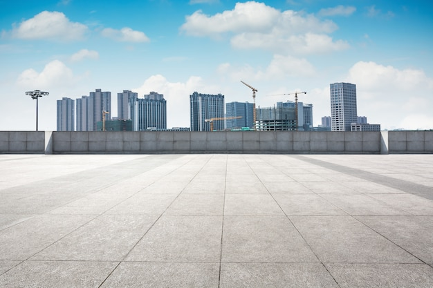 背景のダウンタウンのスカイラインと青い空の下の都市公園