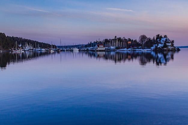 오슬로, 노르웨이에있는 호수와 도시 공원 프리미엄 사진