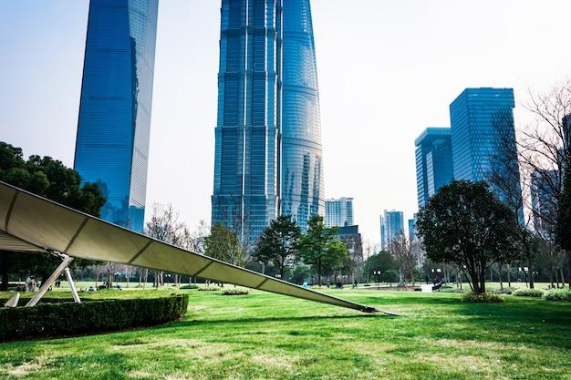 Parco cittadino con moderno edificio sfondo a shanghai