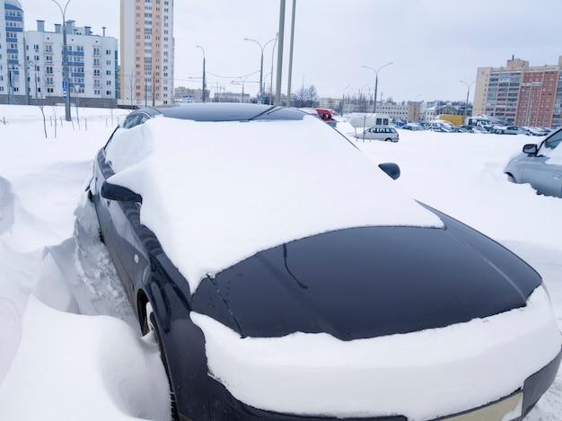 Городская парковка после сильного зимнего снегопада