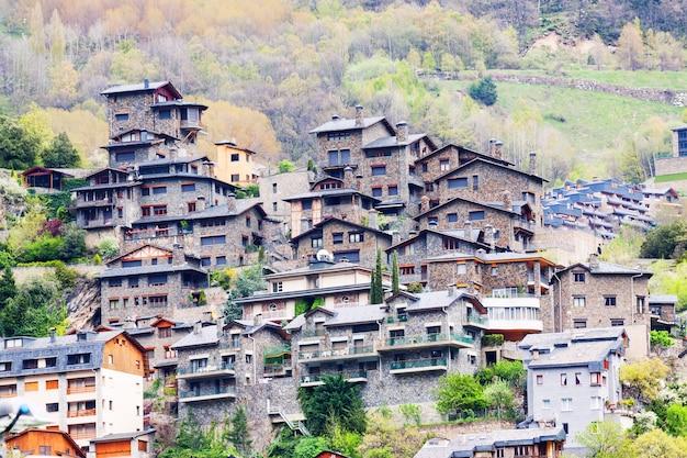 Città alle montagne dei pirenei. andorra la vella