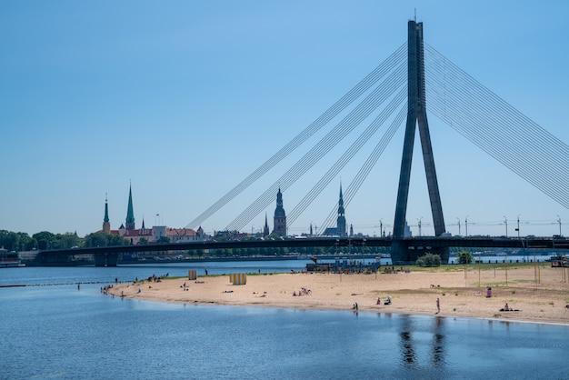 Городской речной пляж в риге, латвия