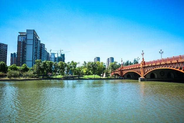 Городская дорога через современные здания в пекине