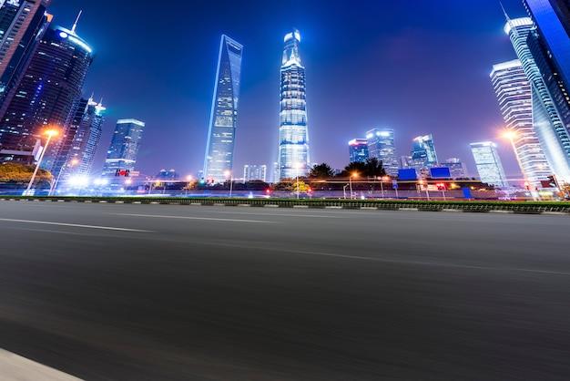 Городская дорога через современные здания в китае