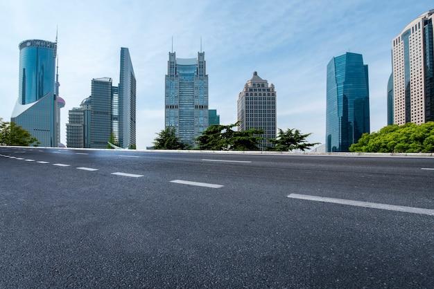 中国の近代的な建物を通る都市道路