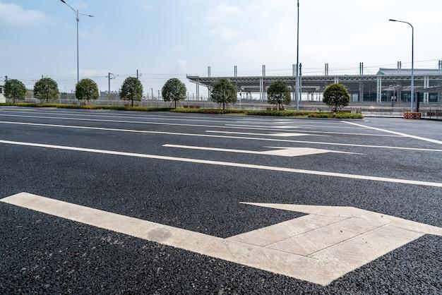 街道と地面の白いインジケーター矢印