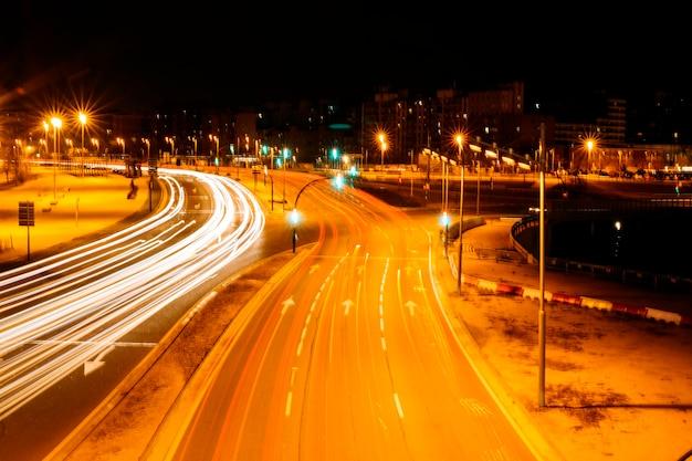 밤에 도시 도로