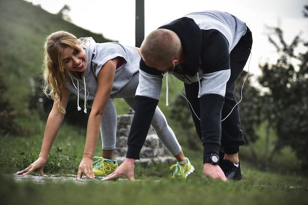 外でジョギングしているカップルを実行している都市。で運動する屋外でトレーニングするランナー。