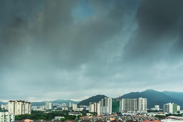 Городской пейзаж с облачным фоном