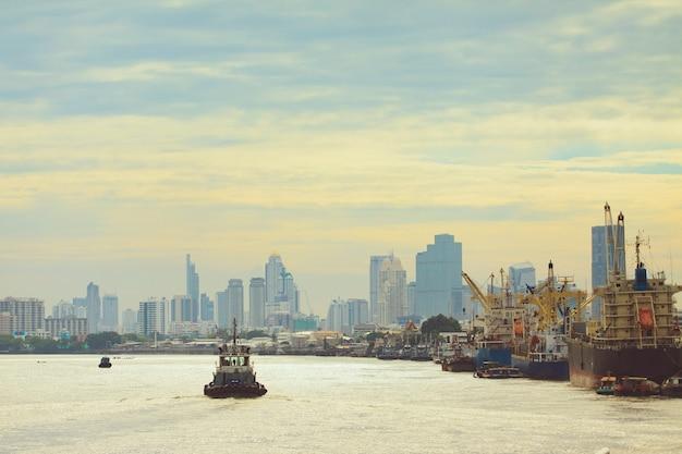 バンコクのタイの首都の中心部にあるチャオプラヤー川の街の風景