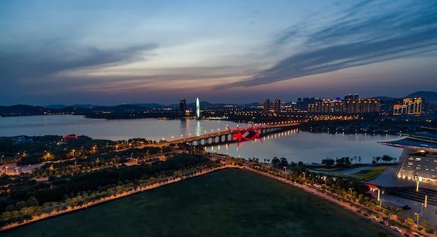 밤에 무석 공업 단지의 도시 경관과 교통 흐름