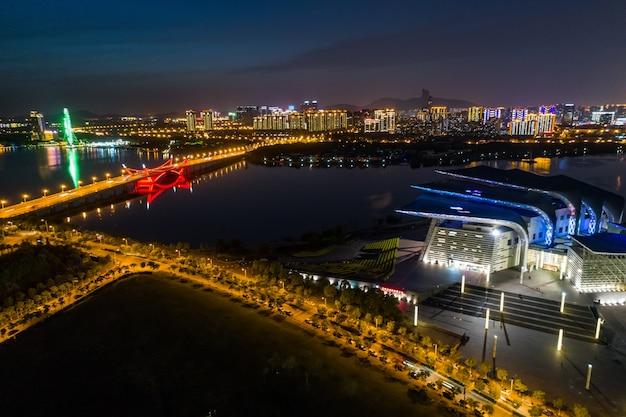 Городские пейзажи и движение в индустриальном парке уси ночью