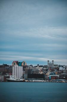 昼間の灰色の曇り空の下で街のスカイライン