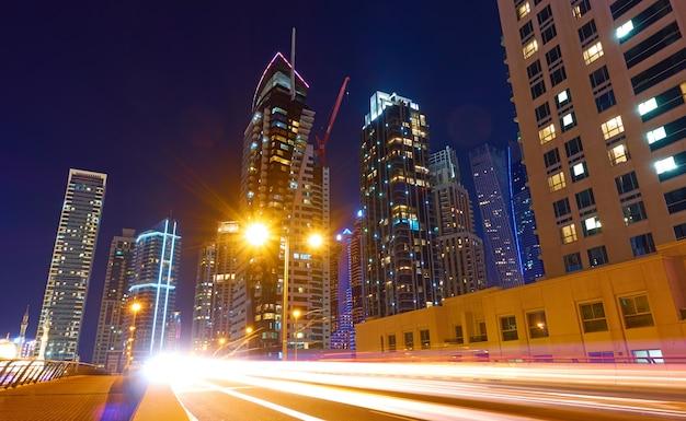 밤에 도시 거리와 현대적인 고층 빌딩, 두바이 마리나, 아랍 에미리트