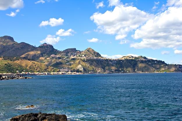 山々のあるシチリア島のシティタオルミーナ、水からの眺め