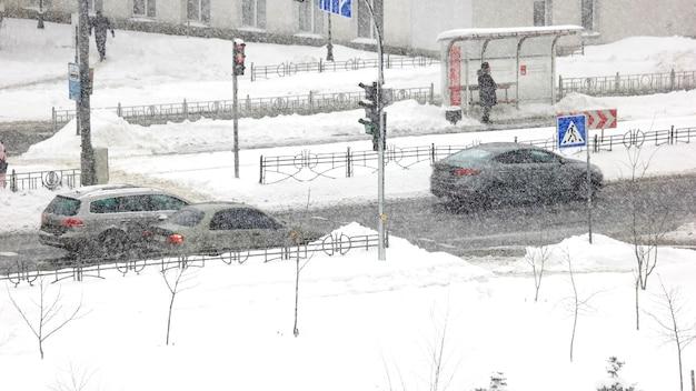 겨울 시간에 도시 교통입니다. 겨울 도시에서 눈 폭풍 동안도 자동차 교통의 timelapse. 겨울 도시 생활입니다.