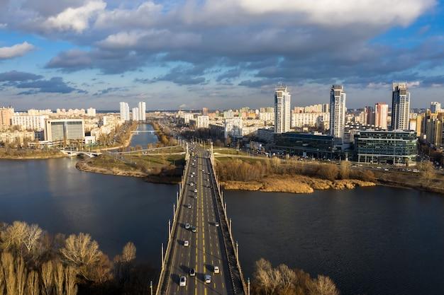 パトナ橋の都市交通。ルサノフスカヤ堤防の眺め。