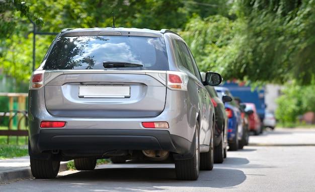 Городское движение с автомобилями, стоящими в очереди на улице. концепция парковки автомобилей.