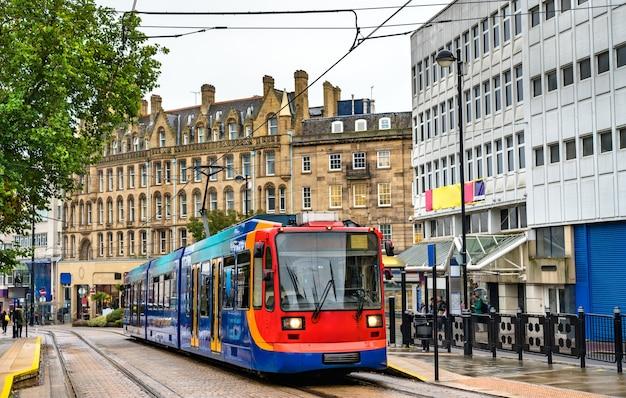 Городской трамвай на станции кафедральный собор в шеффилде, южный йоркшир, англия