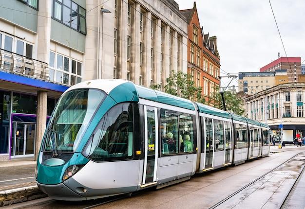 Городской трамвай на старой рыночной площади в ноттингеме, англия, великобритания