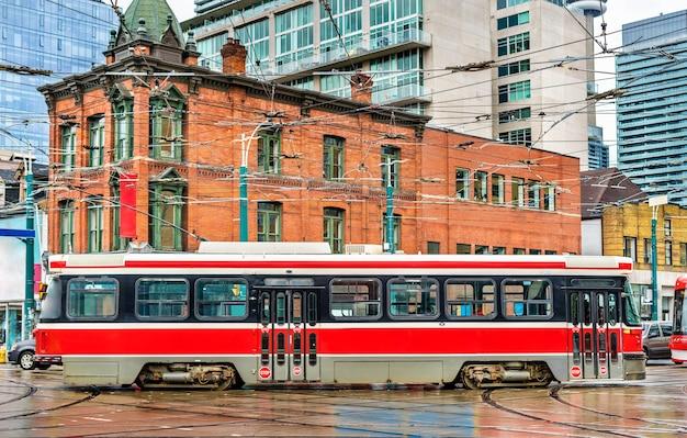 Городской трамвай в торонто, queen st west - spadina ave., канада
