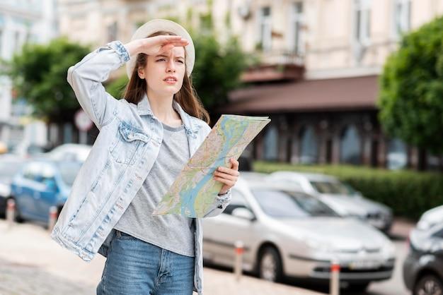 地図を持って離れている市の旅行者