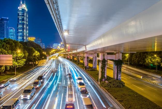 교통 및 트레일 라이트와 함께 밤에 도시 전망.