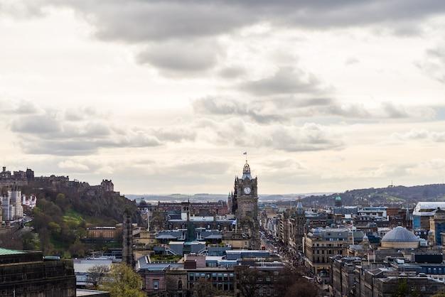 Вид на город на главной улице, крыши и дома в эдинбурге