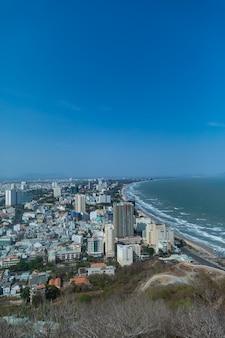 Città di vung tau in vietnam sotto un cielo blu chiaro