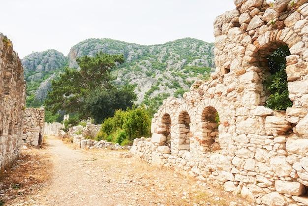 トルコのトロイの遺跡の城壁。