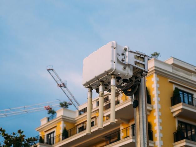 Городской wi-fi роутер. уличный передатчик интернет-сигнала. бесплатный уличный интернет. мощный беспроводной маршрутизатор с несколькими мощными антеннами.