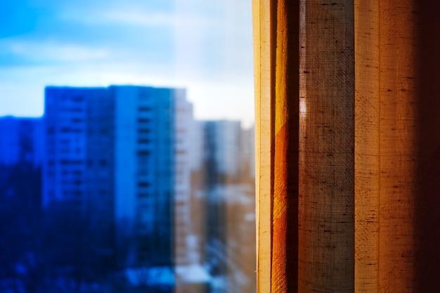 Городское окно с занавесом боке фоном hd